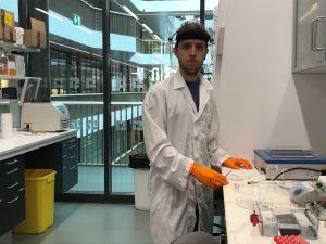 Nèstor Vázquez-Bernat in a lab coat at a lab station
